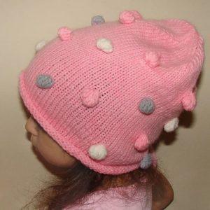 Вязаная шапка с шишечками