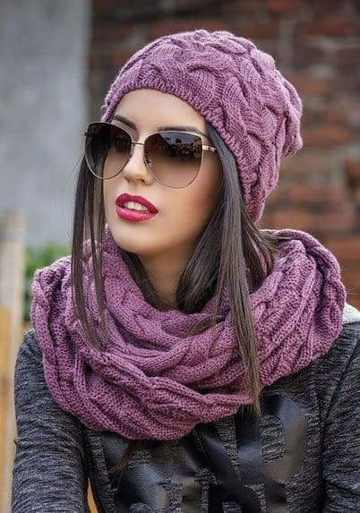 Вяжем шапку для женщин спицами