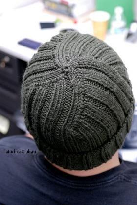 Мужская шапка с отворотом спицами