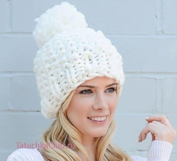 Белая шапка толстыми нитками