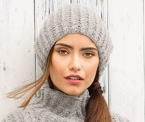 Вязанная на спицах зимняя шапка