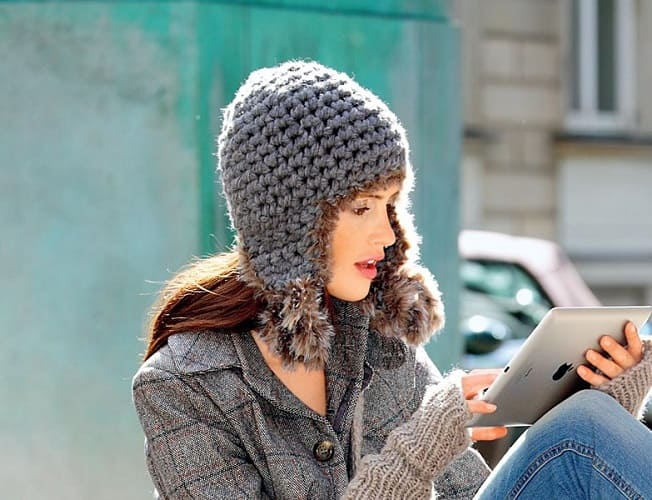 Женская шапка ушанка крючком