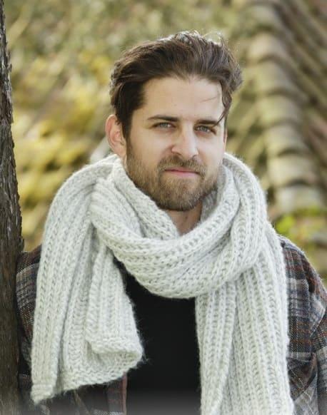 Белый шарф английской резинкой