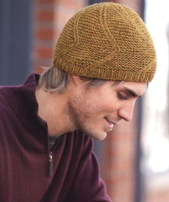Короткая мужская шапка спицами