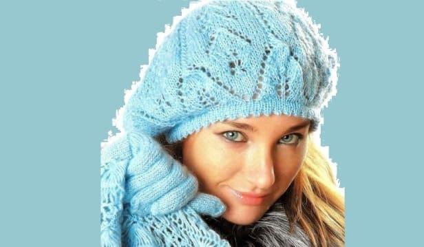Фото голубой вязаной беретки