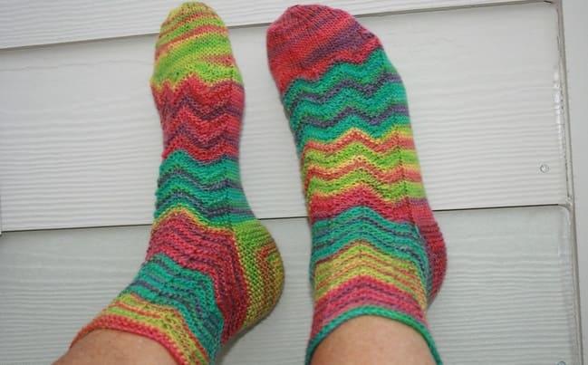 Вязаные зигзагом женские носочки