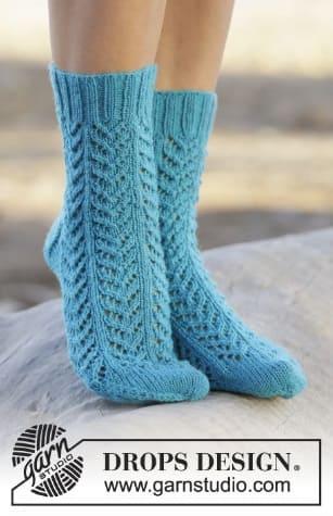 Голубые ажурные носочки спицами