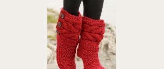 Вязаные красные носки сапожки спицами с косами поперек