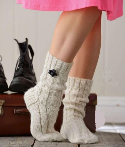 Вязаные носки с косами на спицах для девушек