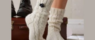 Вязаные носочки с простыми косами спицами