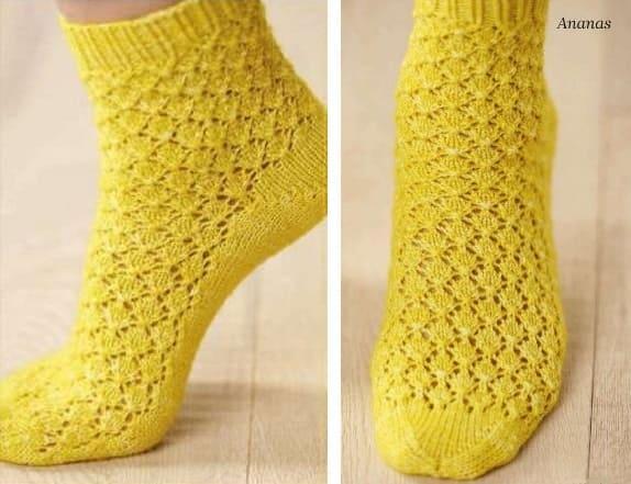 Желтые носки ажурной вязкой спицами
