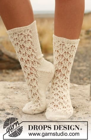 Необычные носки, связанные ажурным узором