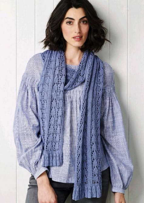 Голубой вязаный шарф